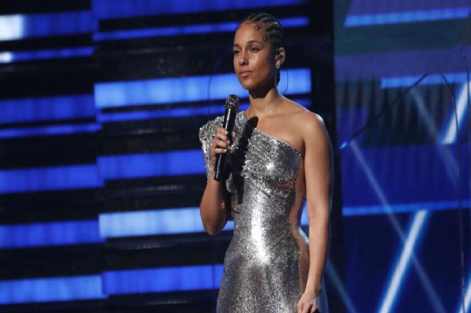 Alicia Keys rinde homenaje a Kobe Bryant en los Grammy