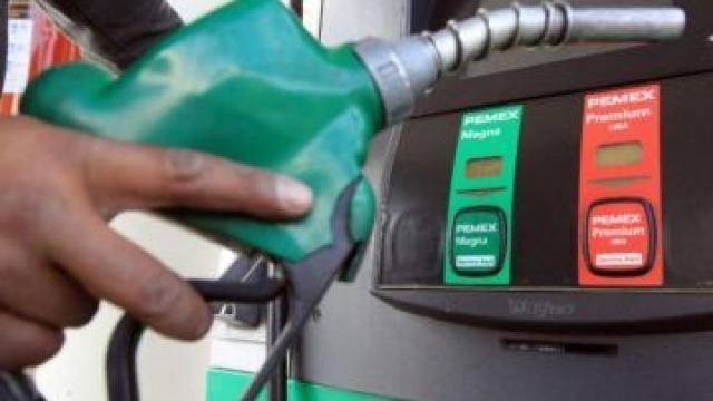 Registran fuga de gasolina en ducto de Pemex en Acolman
