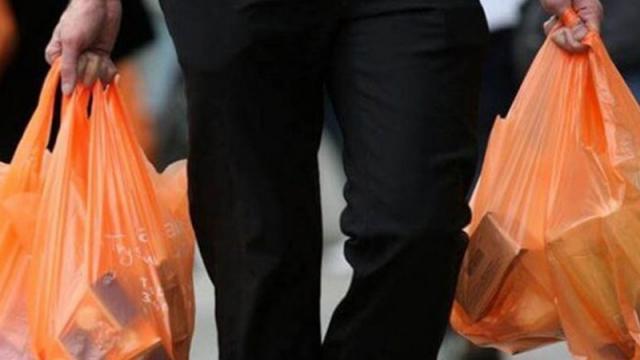 Amonestan a 76 negocios por entregar bolsas de plástico
