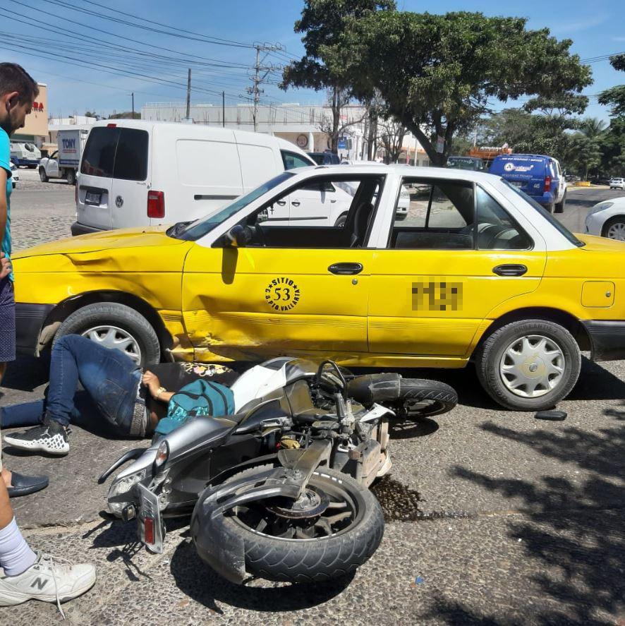 Se registra accidente automovilístico entre motocicleta y vehículo público