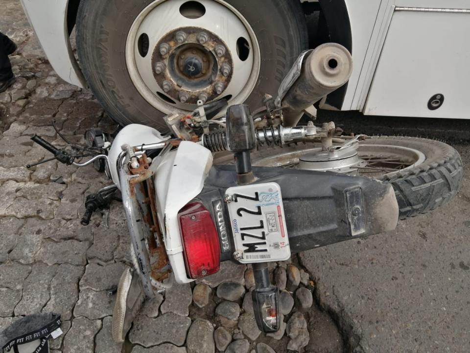 Brutal choque en la calle 20 de noviembre e Hidalgo en el Pitillal