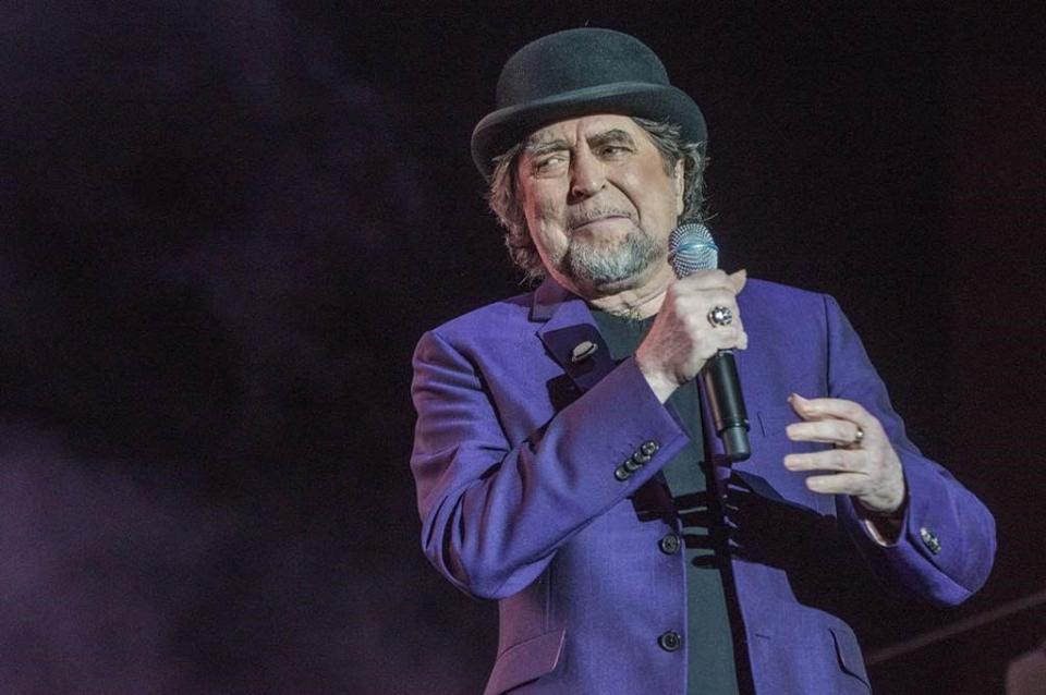 Joaquín Sabina, retirado en camilla de concierto tras caer del escenario