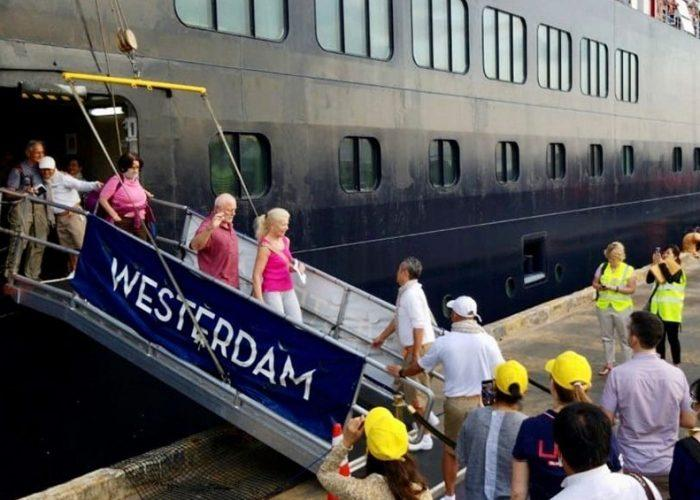 Pasajeros del crucero Westerdam desembarcan en Camboya