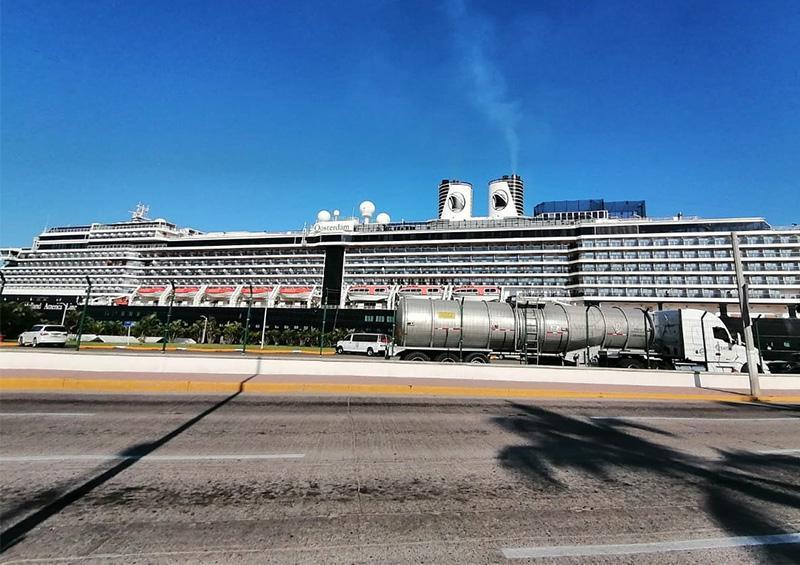 Este domingo, arribó a Puerto Vallarta el crucero Oosterdam de la línea naviera Holland America.