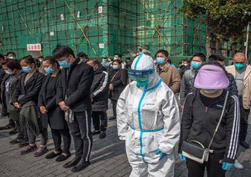 En China rinden homenaje a víctimas fatales de coronavirus