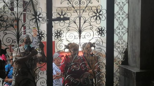 En el céntrico templo de Guadalupe, la gente en las puertas