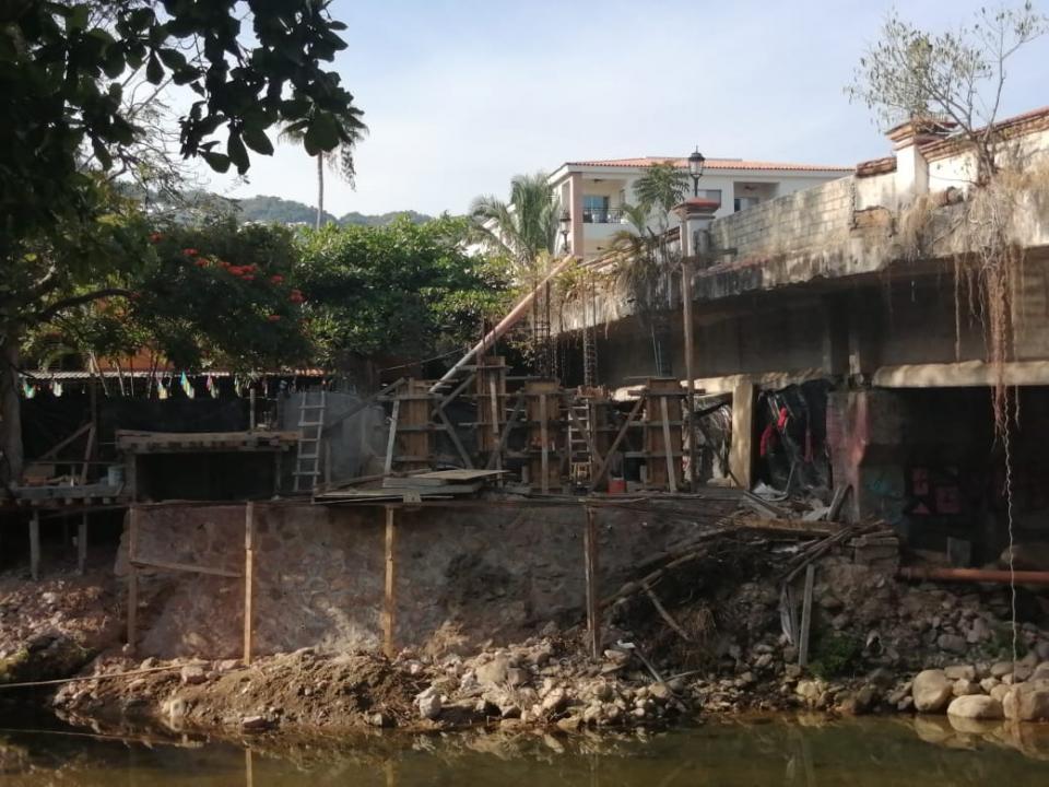 Reconstruyen puente colgante y escalera en la isla del Cuale.
