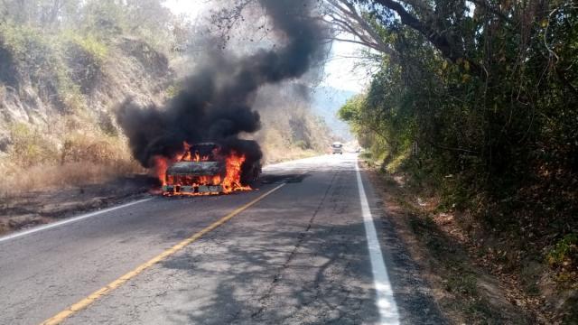 Se incendia camioneta sobre carretera federal 200