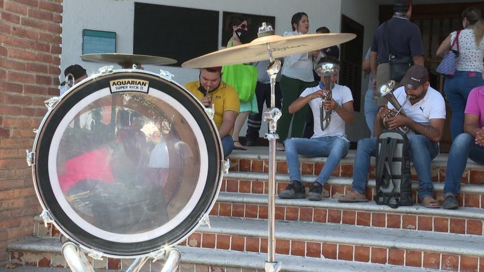 A ritmo de tambora músicos piden que les dejen trabajar