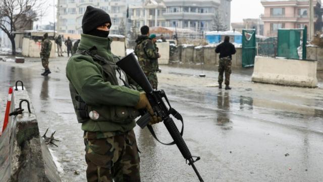 Talibanes atacan base militar en Afganistán