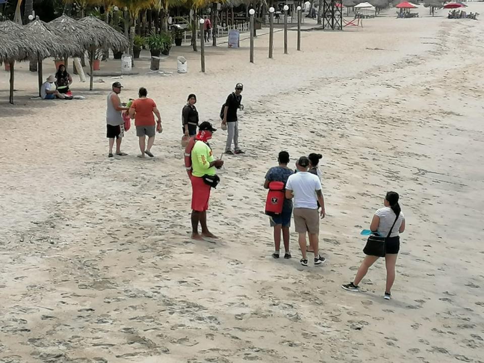 A pesar de la contingencia, turistas acuden a playa Los Muertos