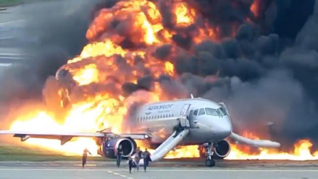 Revelan video del incendio de avión en Moscú