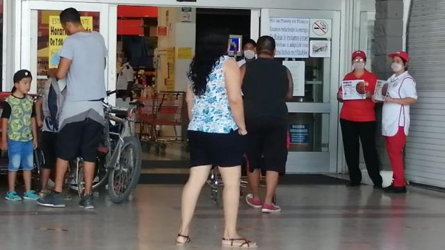 Centros comerciales funcionan con restricciones de seguridad.