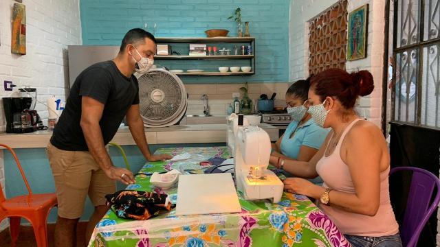 Madres desempleadas fabrican cubrebocas y se autoemplean