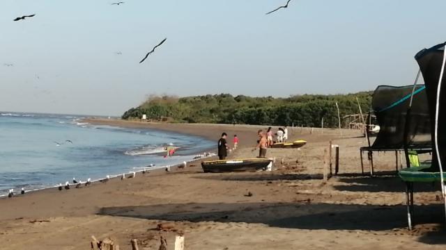 Pescadores en playa Boca de Tomates