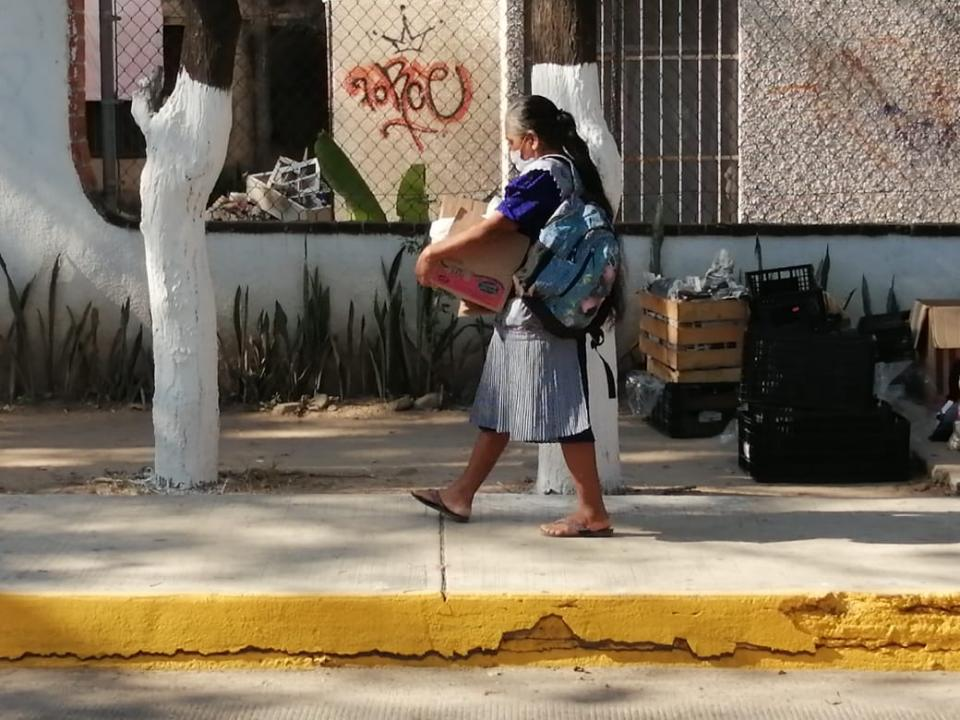 Señora mayor cargando una despensa entregada por vecinos de la colonia Las Moras
