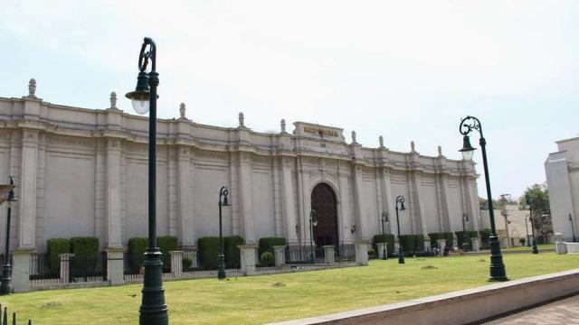 """Amenazan con """"volar"""" al diario Reforma por críticas a AMLO"""