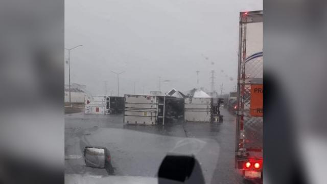 Vehículos volteados tras fuerte tormenta en Monterrey
