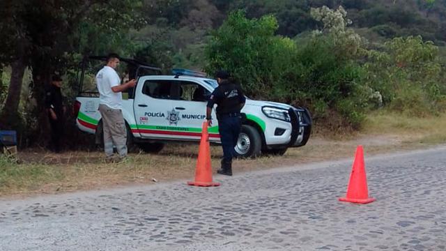 Elementos de seguridad muncipal de Cabo Corrientes cierran acceso al municipio