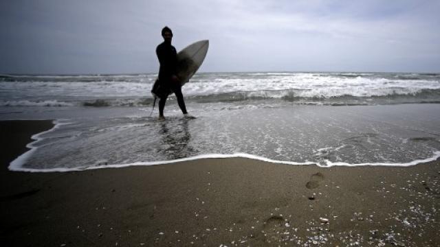 persona solitaria camina en la playa. preven que caiga 80 por ciento el turismo a nivel mundial