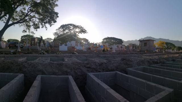 El cementerio de la Colonia El Progreso cierra con 110 tumbas abiertas
