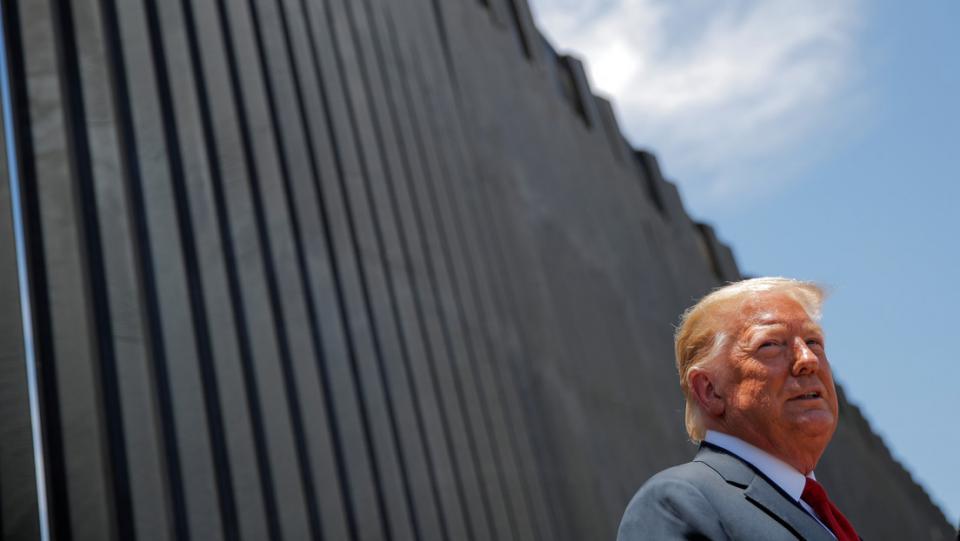 Donald Trump en una sección del muro fronterizo
