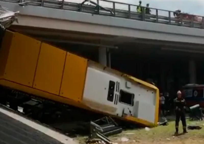 Polonia: cae autobús de un puente, al menos 1 muerto y 20 heridos