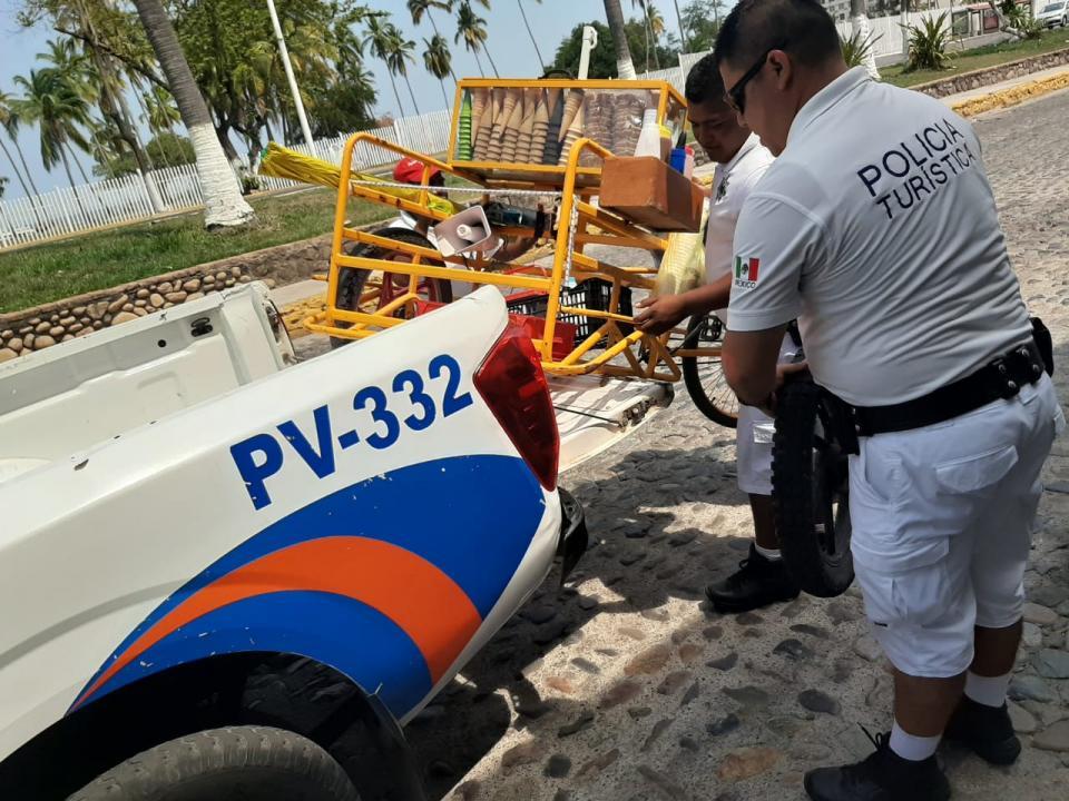 Una buena: policías municipales ayudan a paletero