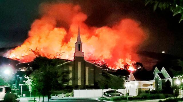 Evacúan viviendas en EEUU. tras incendios por fuegos artificiales