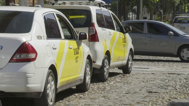 Dos taxis sobre una avenida