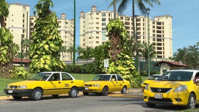 Taxis sobre avenida de ingreso en Puerto Vallarta