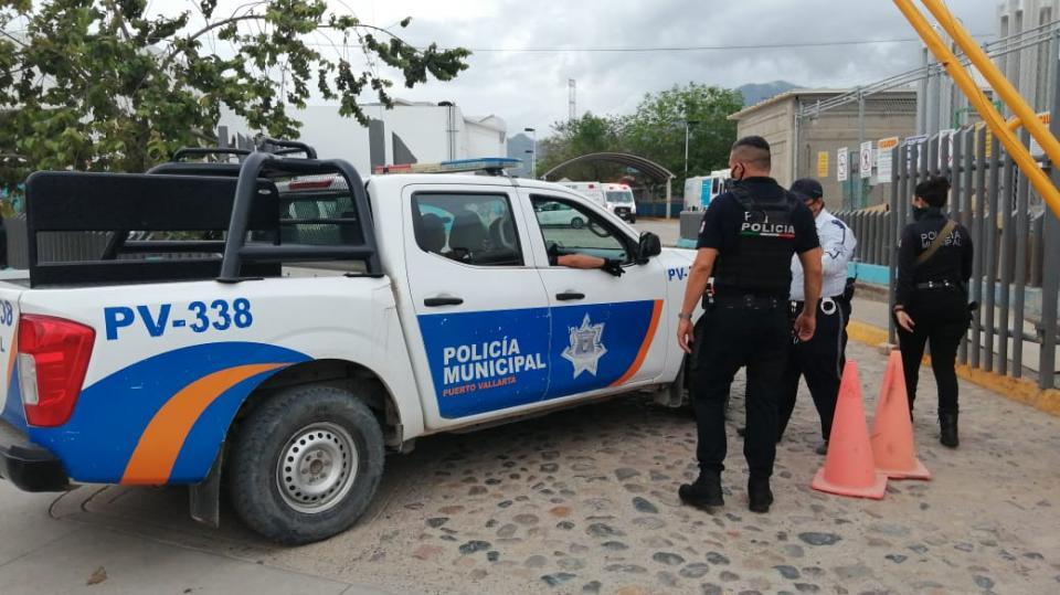 Patrulla de policía afuera del hospital regional