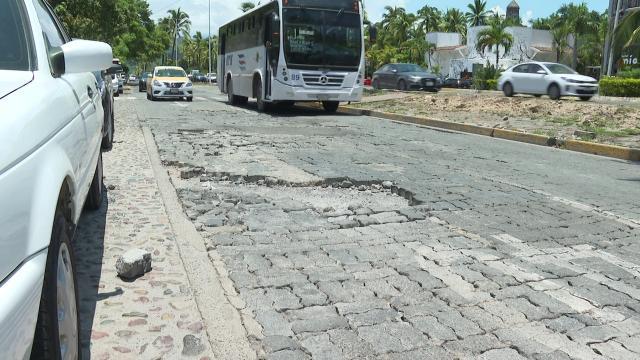 Avenida con un gran bache