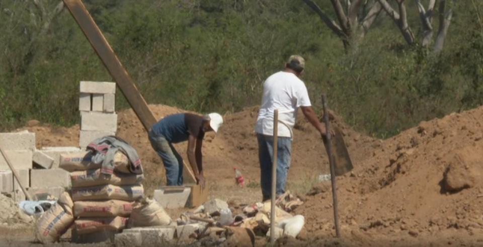 trabajadores en panteón