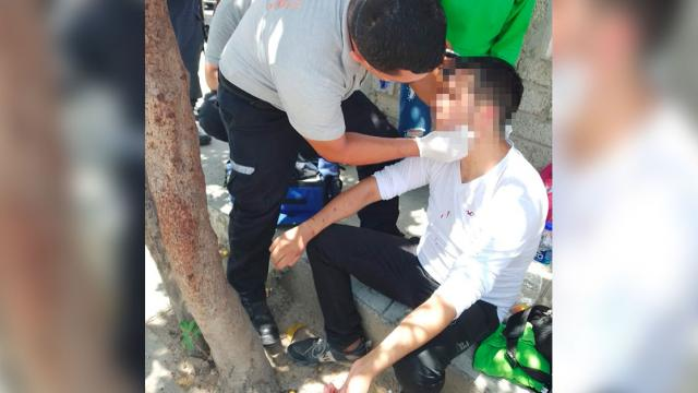 Sujeto atendido por paramédico tras ser apuñalado