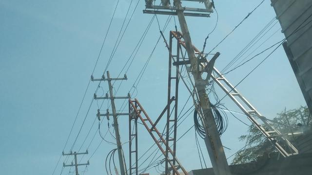 Estructuras metálicas cercanas al tendido eléctrico