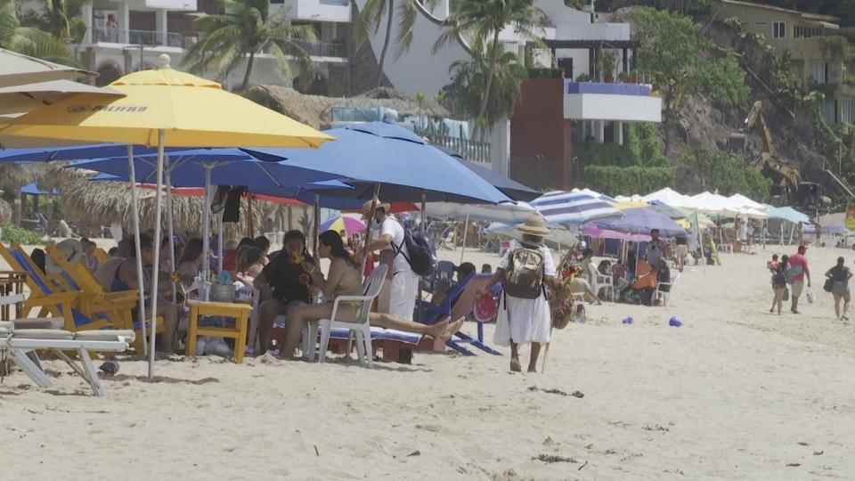 Playa Los Muertos llena de turistas