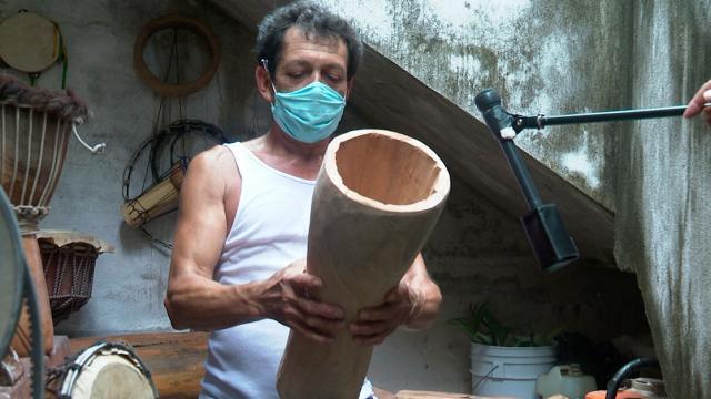 Artesano sosteniendo un tambor