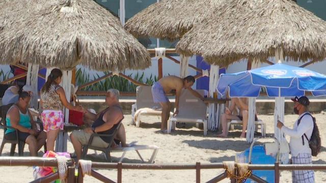 Personas en playa de Vallarta