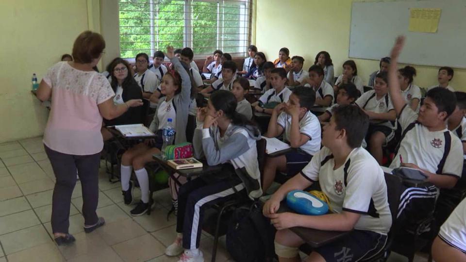 Maestra dando clases en un aula