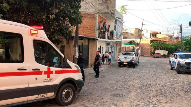 Ambulancia de la cruz roja y dos patrullas sobre una avenida