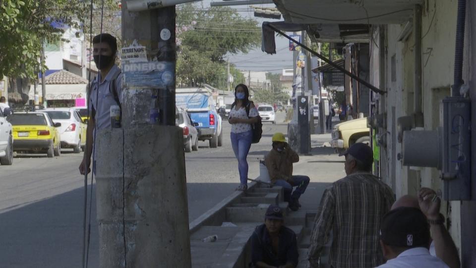 Personas usando cubrebocas en vía pública