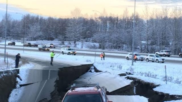 carretera fracturada tras un sismo
