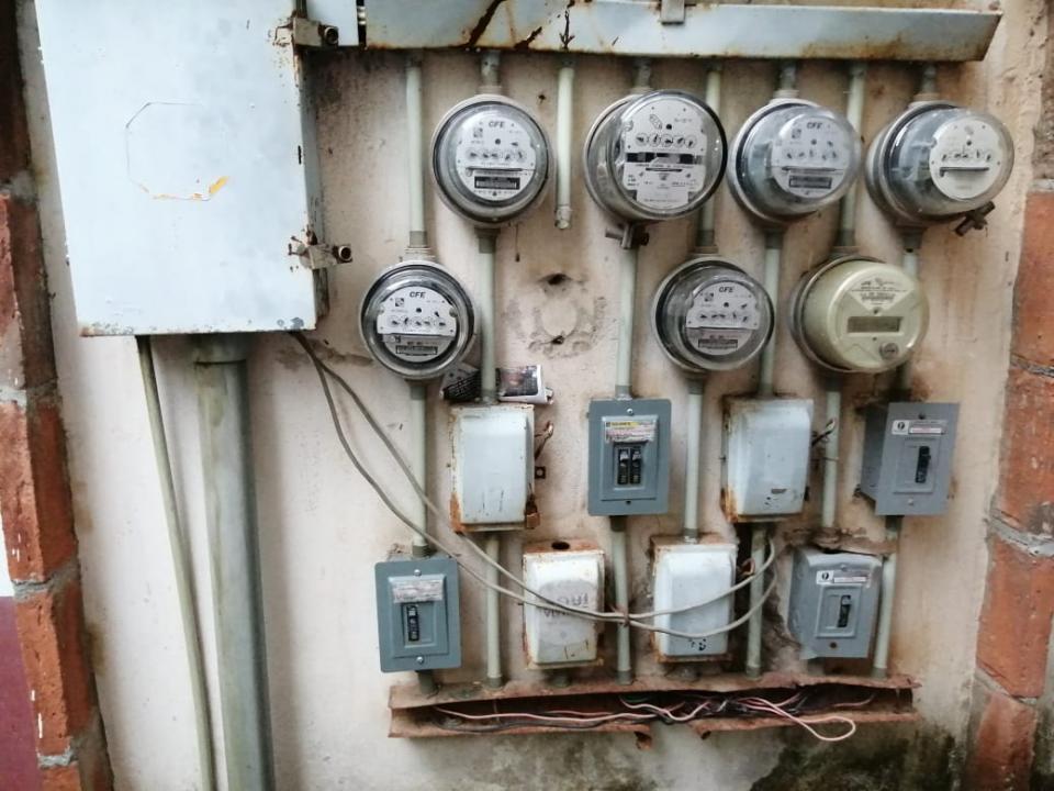 Medidores de luz y cableado eléctrico expuesto