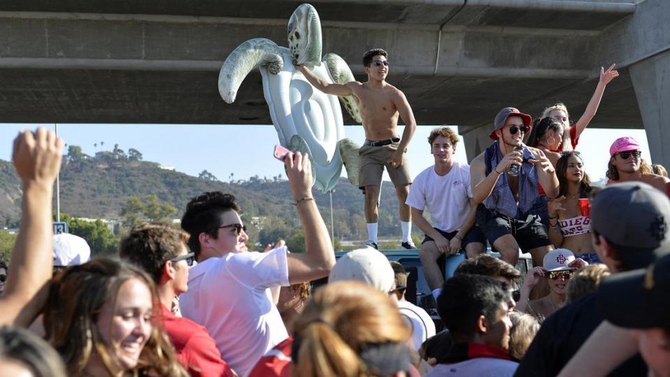 Estudiantes antes de un partido en el SDCCU Stadium, San Diego