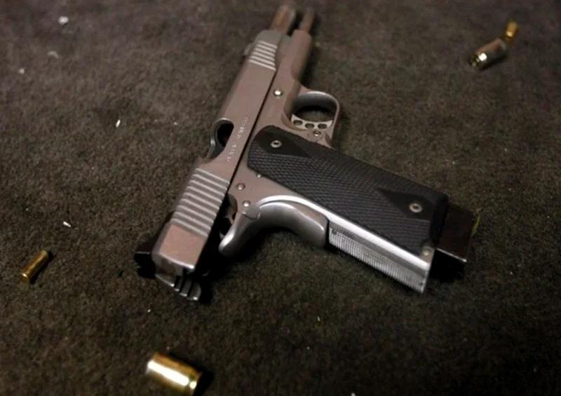 Pistola en piso
