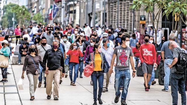 Gran cantidad de personas caminando por una avenida