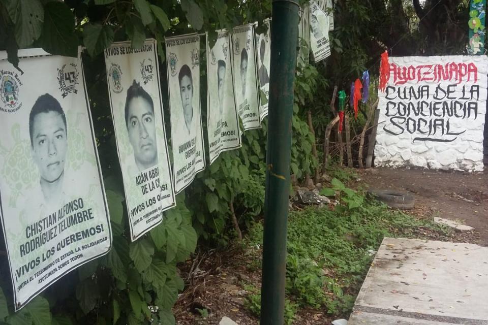 Carteles de normalistas desaparecidos en Guerrero