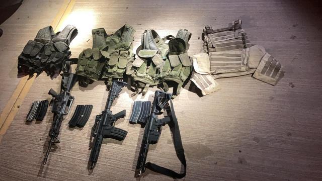 Armas y chalecos tácticos decomisados