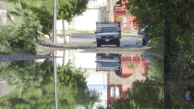 Camioneta pasando a través de una calle inundada en Puerto Vallarta